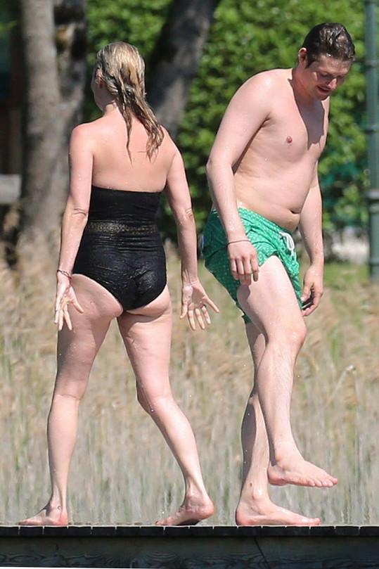 Přítel Kate Moss ještě nepřekročil třicítku a už má také pěkné bříško...