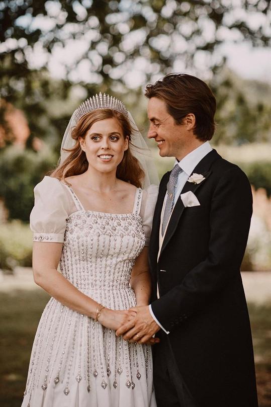 Princezna Beatrice a její manžel Edoardo Mapelli Mozzi na snímku pořízeném jen krátce po obřadu.