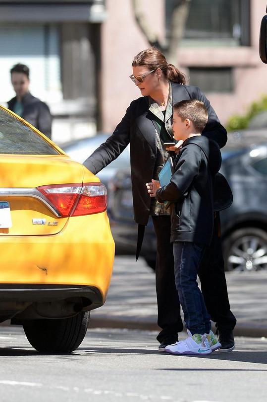 Bývalá modelka si se synem chytala taxi.