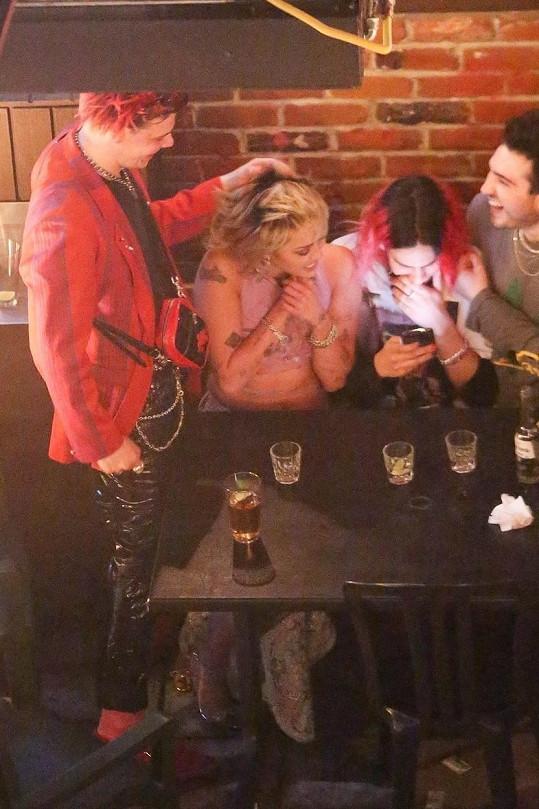Zpěvačka Miley Cyrus a její kolega Yungblud (vlevo) k sobě měli velice blízko.