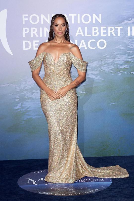 Zpěvačka Leona Lewis předvedla hluboký výstřih ve zlatých šatech.