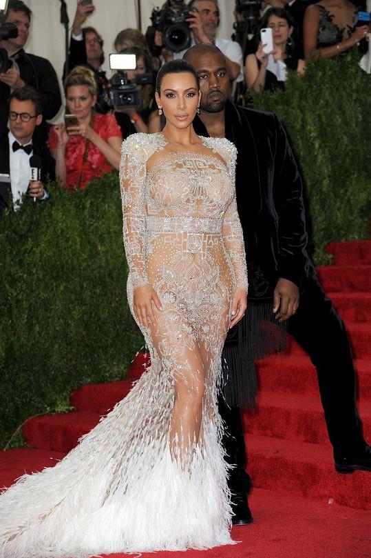 Jako by aranžovaná krajka stekla na zem a proměnila se ve zmrzlou vodu. Přesně tak působily šaty Kim Kardashian, které pro Roberta Cavalliho navrhl Peter Dundar.