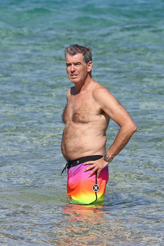 Pierce Brosnan ukázal na pláži pupek.