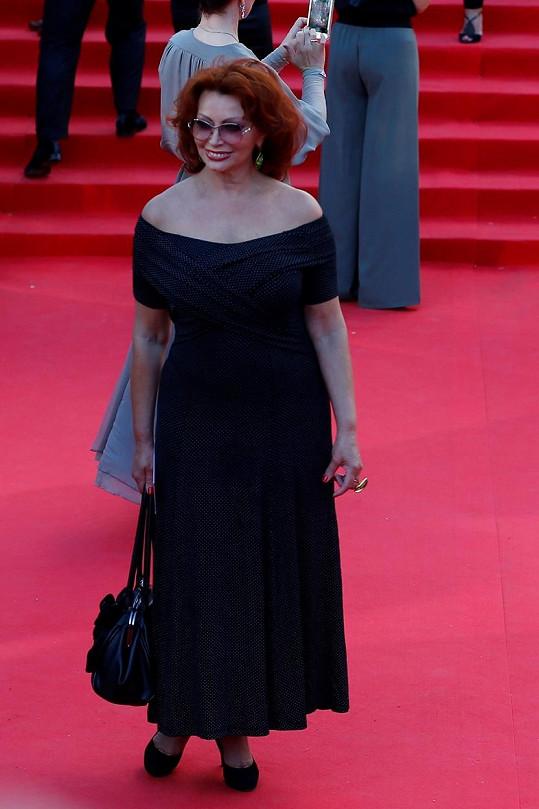 Herečka zvolila šaty s odhalenými rameny.