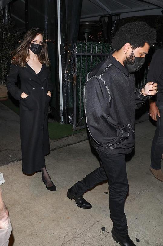 Angelina Jolie si zašla na 2,5 hodinovou večeři se zpěvákem Weekndem.
