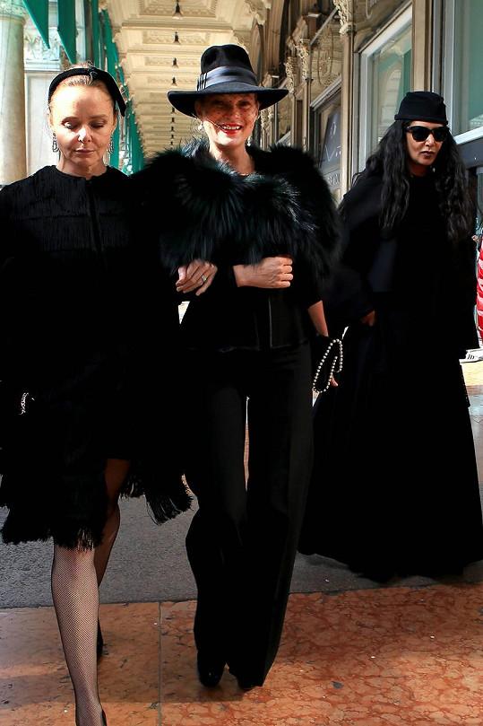 Stella McCartney s Kate Moss, která se po většinu času smála na celé kolo.