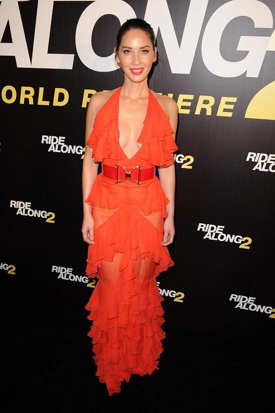 Olivia Munn na premiéře filmu Poldův švagr
