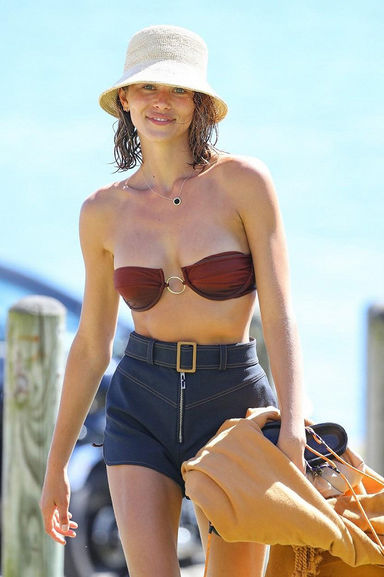 Modelka si chránila obličej kloboučkem.
