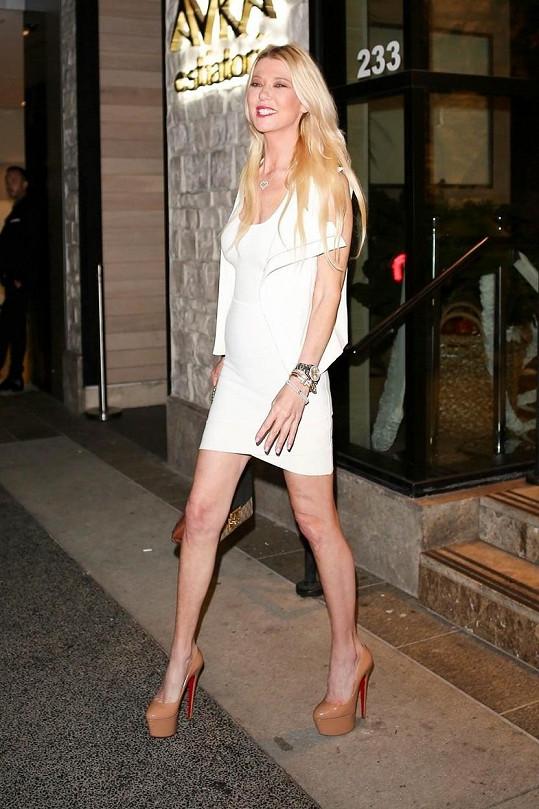 Tara oblékla bílé minišaty.