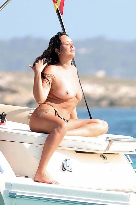 Charlotte Crosby odhodila na dovolené horní díl plavek.