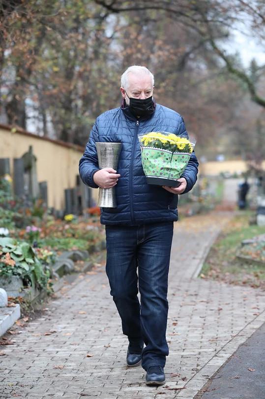 Manželčin hrob na pražských Malvazinkách navštěvuje Jan Kolomazník několikrát týdně.