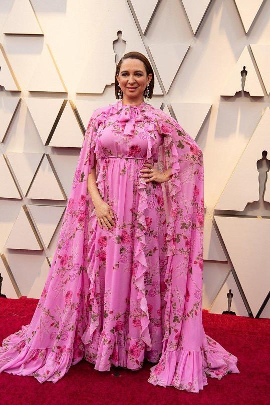 Člověku se ani nechce věřit, že pod nánosem tisíců volánů s květinovým vzorem se může skrývat člověk. Ano, byla pod ním herečka Maya Rudolph.
