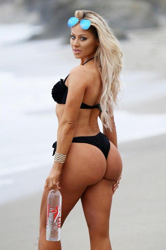 Fitness modelka Alysia Kaempf vypadá v bikinách božsky.