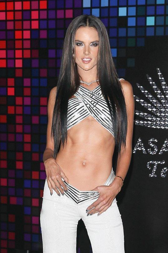 Alessandra Ambrosio ukázala vypracované bříško.
