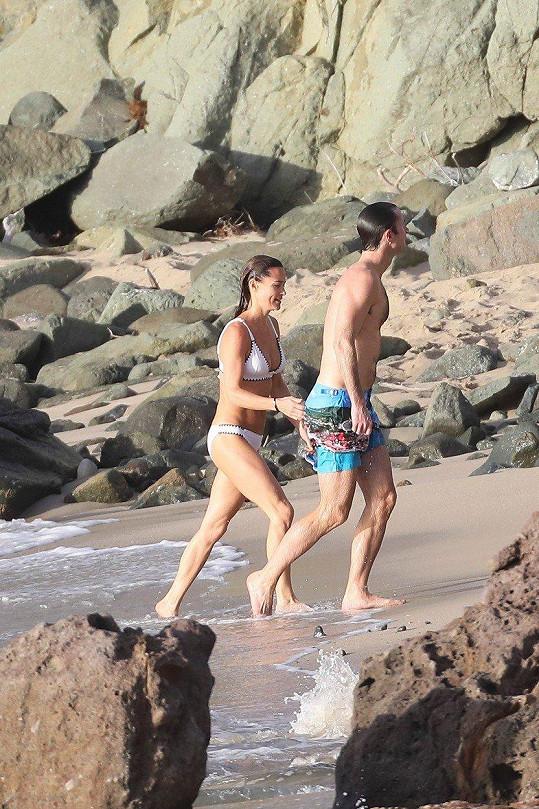 Pippa a James si dovolenou v Karibiku užívají plnými doušky.