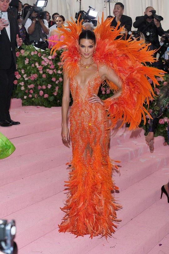 Supermodelka Kendall Jenner byla oděná do podobně přiléhavých šatů tentokrát v oranžové barvě tvořené peřím.