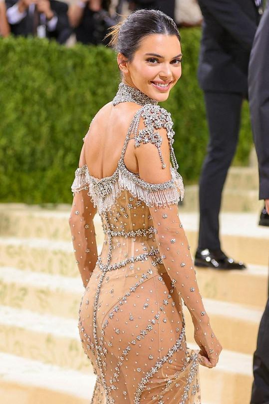Kendall na akci zářila ve třpytivé róbě.