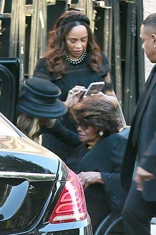 Matka rodu Katherine dala sbohem manželovi.