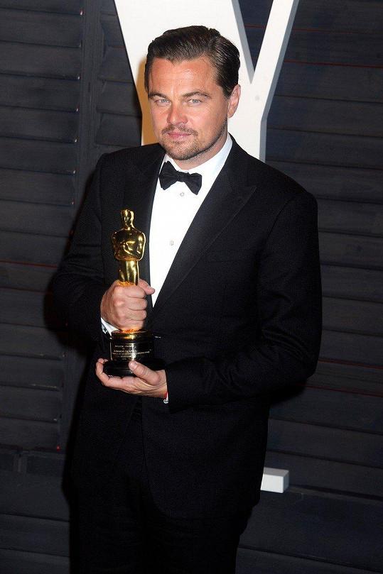 Leonardo DiCaprio při přebírání Oscara.