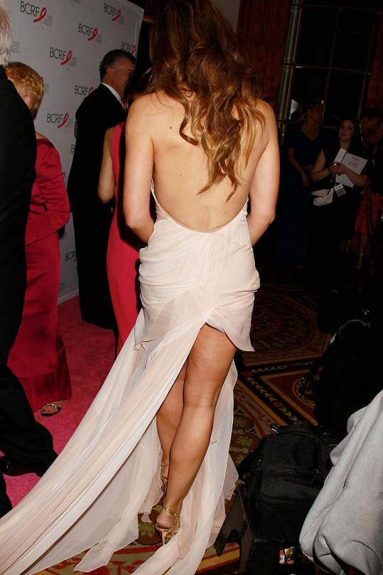 Šaty herečku na večírku pozlobily.