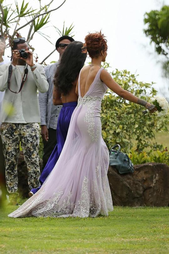 Něžné lila šaty by mohla klidně mít na vlastní svatbu.