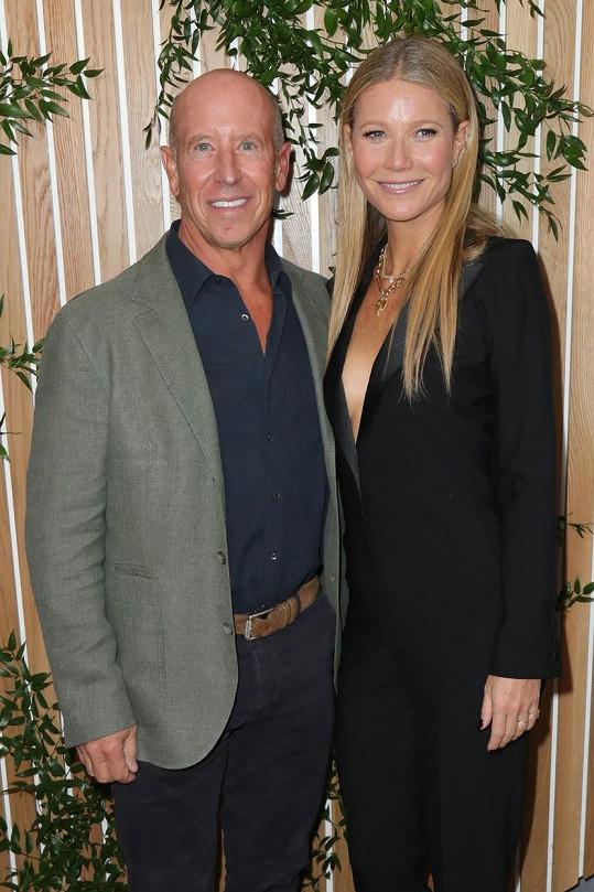 Gwyneth Paltrow se na večírku potkala i s miliardářem Barrym Sternlichtem se kterým s úsměvem zapózovala fotografům.