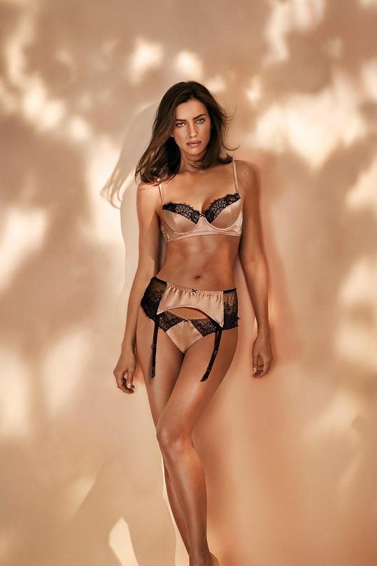 Modelka nafotila kampaň ve spodním prádle.