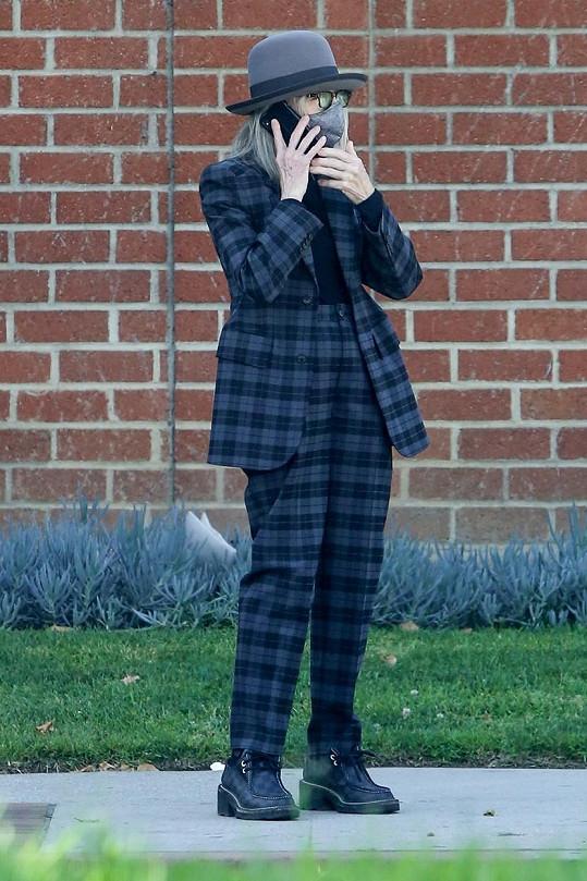 I tento pandemický outfit je důkazem toho, že se oblékáním baví.