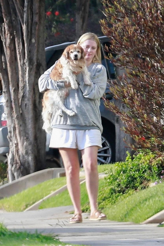 Mischa Barton venčila psíka Charlieho.