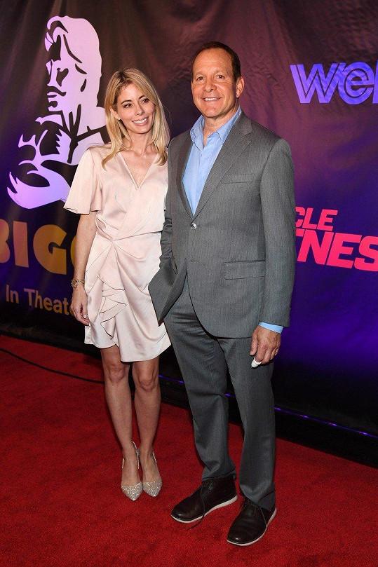 Steve Guttenberg a Emily Smith tvoří manželský pár.