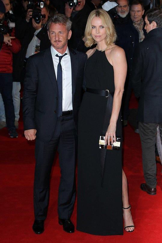 V minulosti byla zasnoubená s kolegou Seanem Pennem.