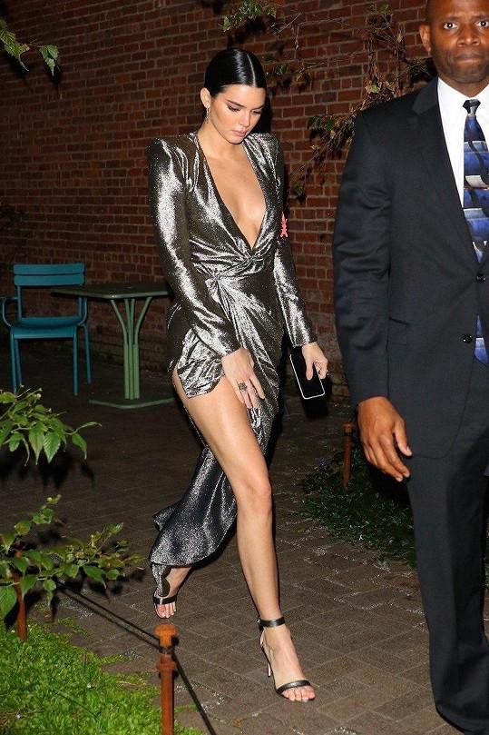 Rozparek potrápil i nejúspěšnější modelku světa Kendall Jenner. Šaty s ním si vzala na večeři pořádanou módním magazínem Vogue v listopadu.