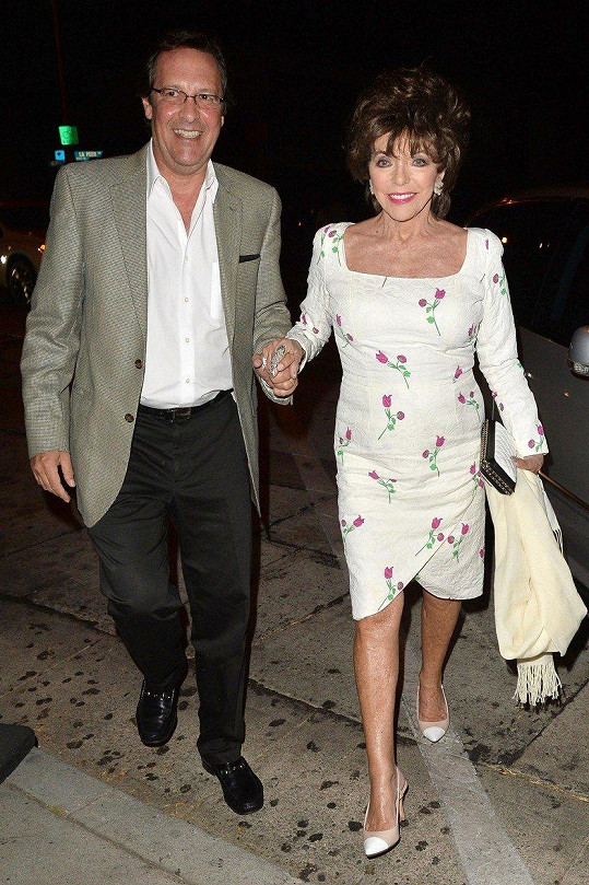 Joan Collins se svým pátým manželem Percym zašla na rande.