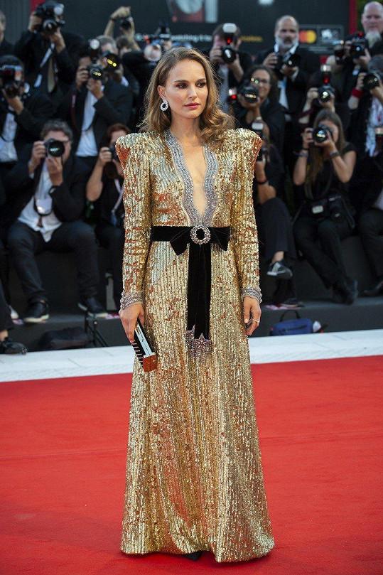V šatech od značky Dior byla nepřehlédnutelná.