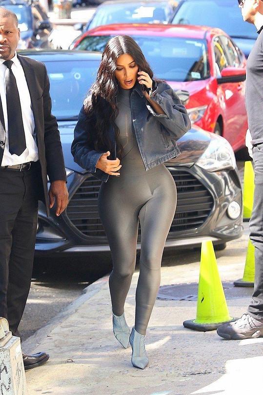 Že by Kim už obří pozadí omrzelo?