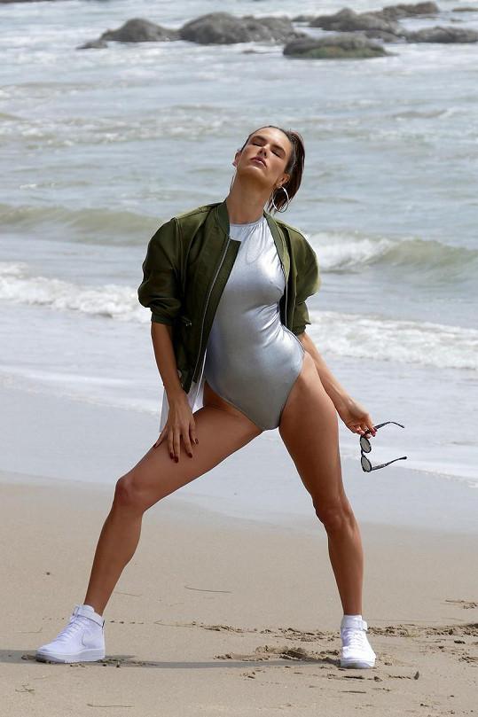 Alessandra Ambrosio při focení v Malibu