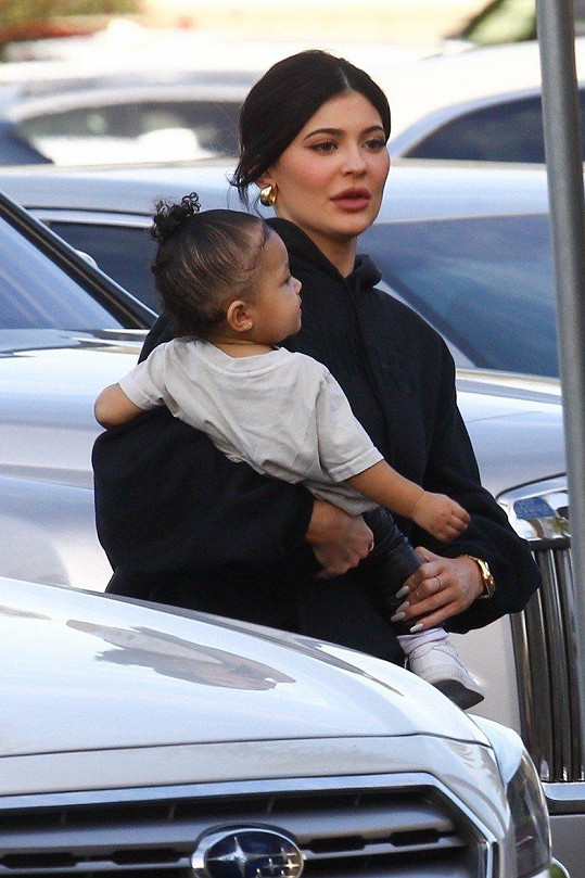 Kylie Jenner porodila dceru Stormi loni v únoru.