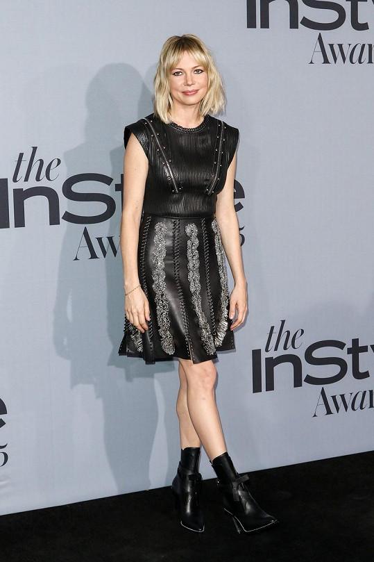 Tento večer si herečka Michelle Williams vyzkoušela roli rockerky v kožených šatech od Louise Vuittona, které obsahovaly cvoky, prostřihy, výšivky a ornamenty. Někomu by se mohlo zdát, že to blondýna přehnala s těžkou botou a měla model raději odlehčit střevíci.