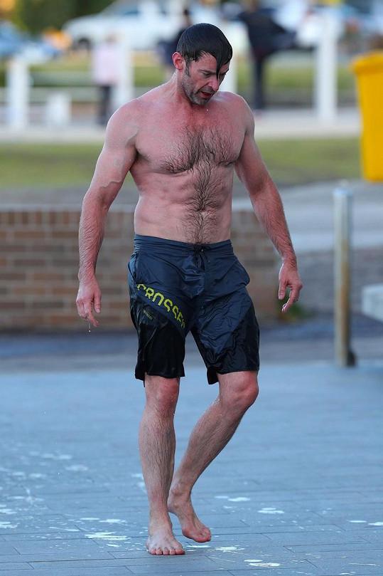 Hugh Jackman ukázal muskulaturu.