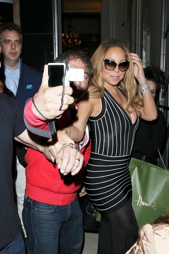 Mariah svolila k selfie s fanouškem a nezapomněla se nakroutit z té správné strany.