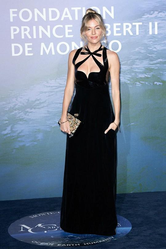 Sienna Miller zvolila černé šaty s odvážným dekoltem.