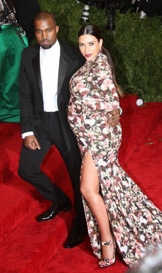 Kim Kardashian jako těhulka s Kanyem Westem