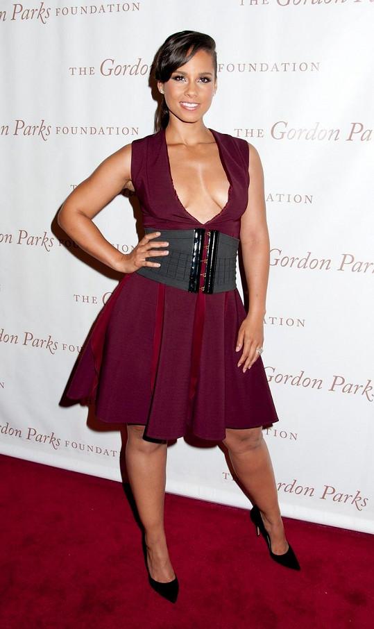 Alicia Keys zaujala muže odvážným dekoltem.