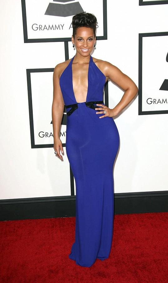 R'n'b diva Alicia Keys dobře ví, jak prodat svou figuru. Přestože rozhodně nemá konfekční velikost, v šatech v královské modré barvě, zvýrazňujících ženské boky, vypadala parádně.