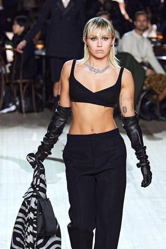 Na mole se předvedla v roli modelky.
