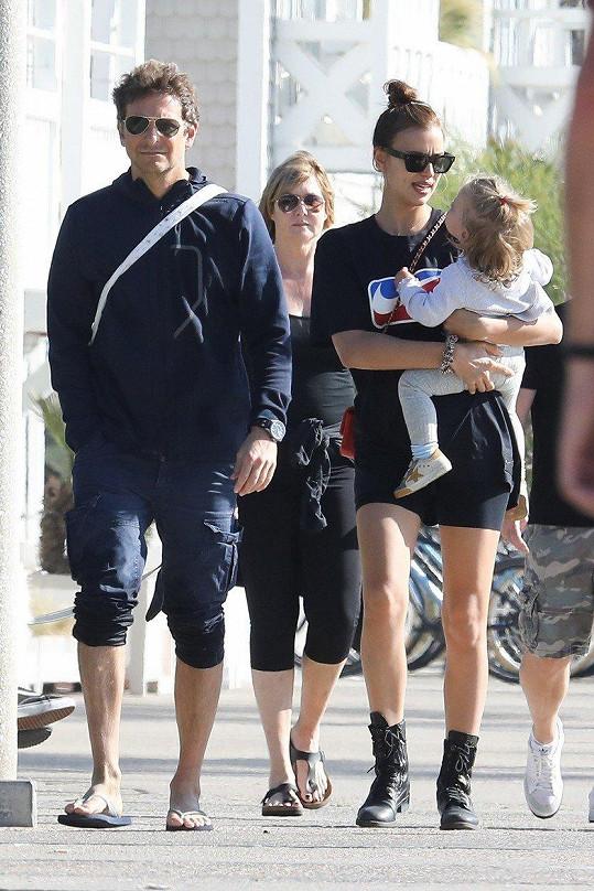 Bradley Cooper s partnerkou Irinou a dcerkou Leou.