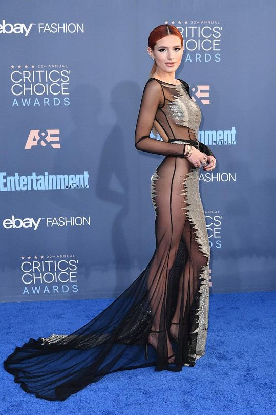 Bella Thorne zazářila na slavnostním ceremoniálu.