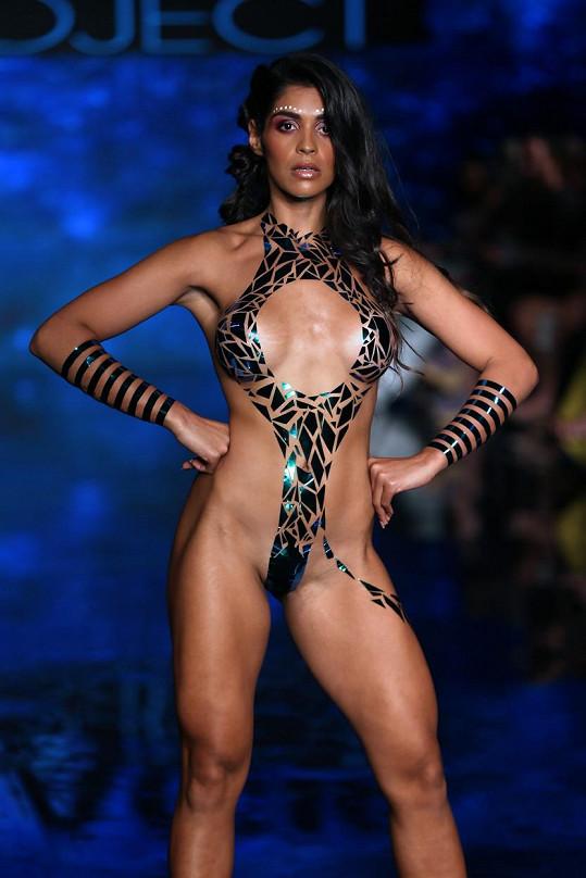Modelky na sobě neměly nic jiného než izolepu.