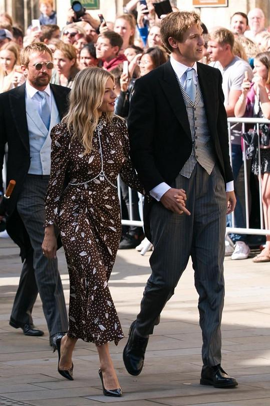 Partnera vyvedla i na svatbu zpěvačky Ellie Goulding.