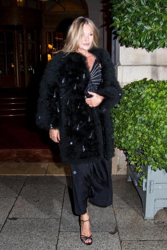 Kate vynesla kabát z falešné kožešiny.